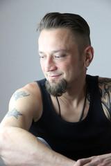 Mann mit tatoo