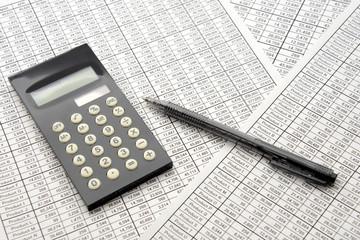 ビジネスイメージ―会議用資料と計算機とペン