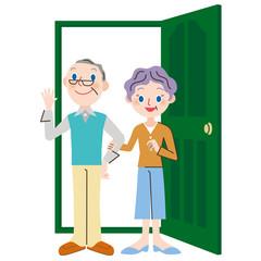 ドアの前に立つ老夫婦
