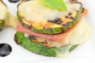 zucchine grigliate ripiene con prosciutto e formaggio