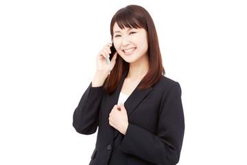 スマートフォンで電話して笑うビジネスウーマン