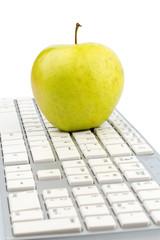 Apfel liegt auf einer Tastatur
