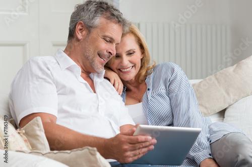 Leinwanddruck Bild Happy Mature Couple With Tablet