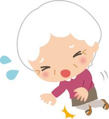躓いて転ぶ高齢女性