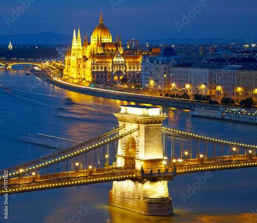 Fotobehang Kasteel Budapest, Hungary. Chain Bridge and the Parliament