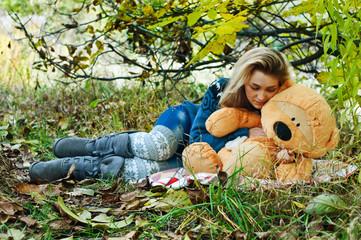 Девушка на пикнике с игрушкой