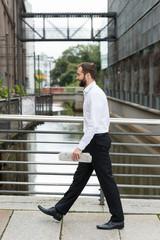 mann unterwegs zum arbeitsplatz