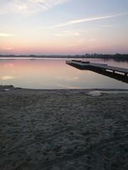 Zachód słońca nad jeziorem pomost