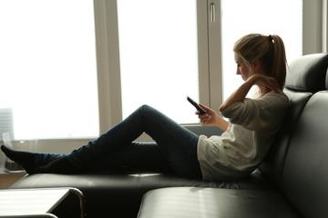 Junge Frau auf der Couch