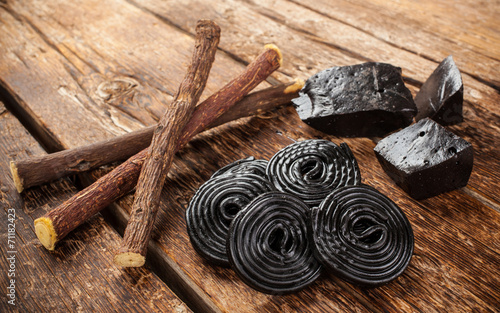 Production steps of licorice, roots, pure blocks and candy. - 71182423