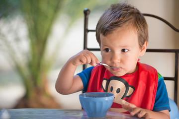 enfant et petit déjeuner