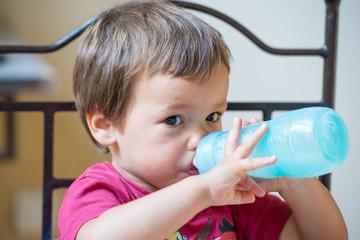 enfant buvant son biberon