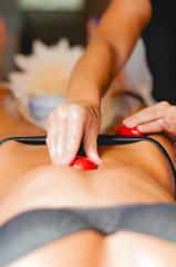Massaggio con pietre rosse di corallo