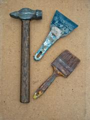 Молоток, кисть и шпатель