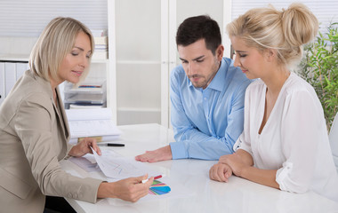 Termin: Beratung beim Versicherungsagent: junges Paar