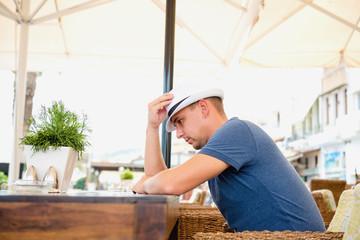 Мужчина за столиком в кафе