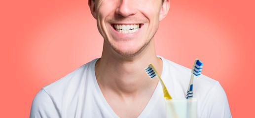 Junger mann mit strahlendem lächeln