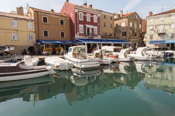 Port, marina et façades rouges de Cres