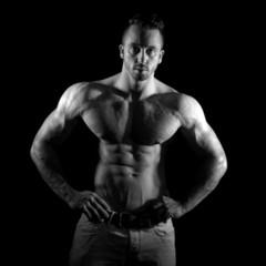 Bodybuilder mit extremen Muskeln SW