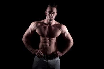 Bodybuilder mit extremen Muskeln