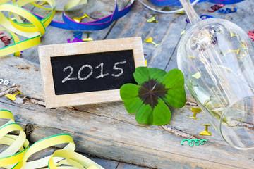 Partydekoration und Tafel mit Kleeblatt auf Holz, 2015