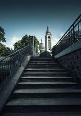 Cathédrale en haut d'un escalier