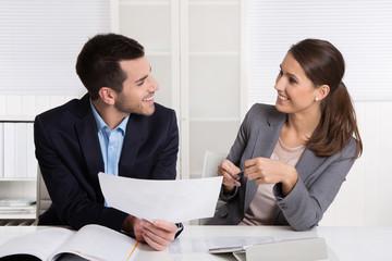 Flirt am Arbeitsplatz: Kollegen beim Dating