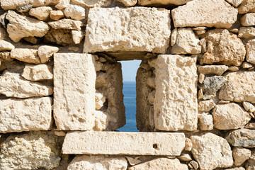 Бойница в стене средневековой крепости. Крит. Греция. Ретимно,