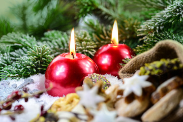 Kerzen und Weihnachsgebäck