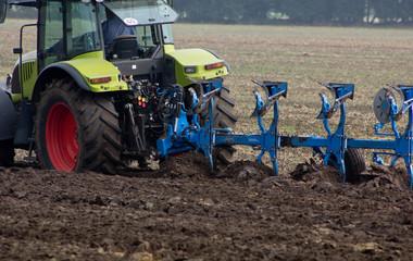 moderner Traktor beim Pflügen