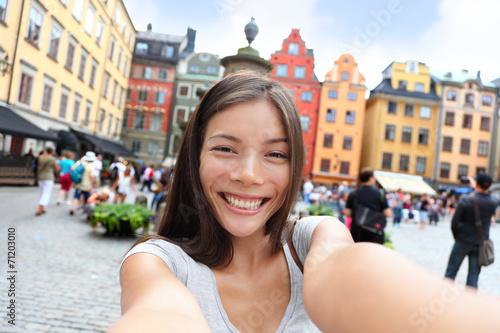 Azjatycka kobieta bierze jaźń portreta selfie Sztokholm
