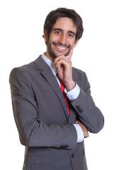 Lachender Mann mit Anzug und Bart