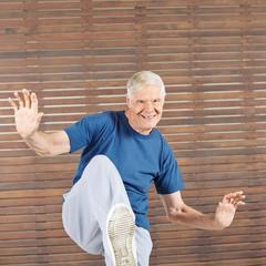 Alter Mann bleibt aktiv im Fitnesscenter