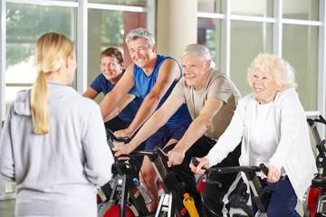 Senioren machen Sport im Rehazentrum