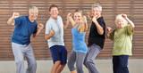 Fototapety Senioren machen Piloxing im Fitnesscenter