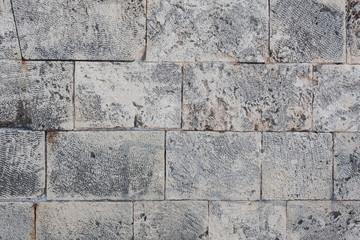 Altes verwittertes graues Mauerwerk aus großen Steinen