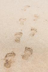 Fußspuren im weißen Sand