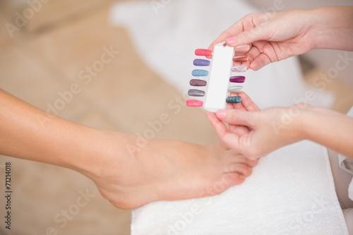 Esthéticienne montrant des couleurs à ongles client Poster