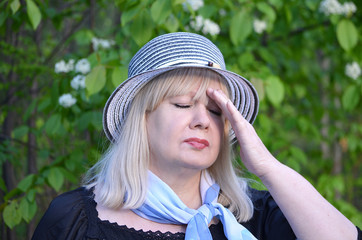 У женщины болит голова.
