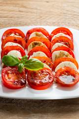 Caprese Salat Tomate Mozzarella mit Basilikum