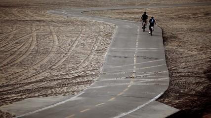 海岸の道を走る自転車