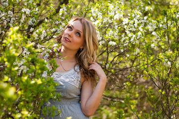 Девушка в цветущем саду