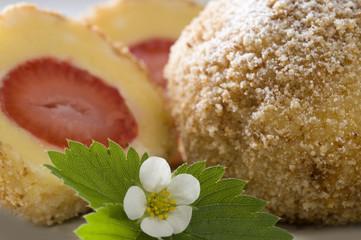 Köstliche Erdbeerknödel in Butterbröseln