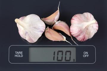 Garlics on kitchen scale
