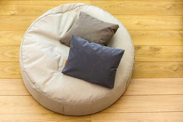 Un sofà due cuscini