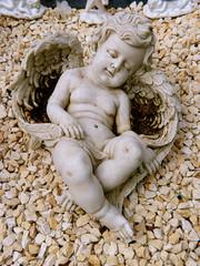 Engelsfigur Mädchen liegt im Sand