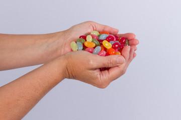 Les mains pleines de bonbons