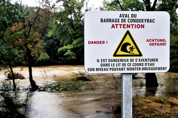 Sign warning of the danger of dam water upstream dropped