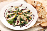 Salad with pear, walnuts and blue cheese
