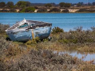 Altes Fischerboot auf Grund gelaufen